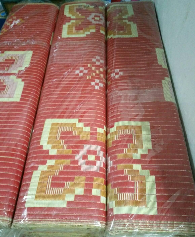 เสื่อพลาสติกถวายวัด ขนาด กว้าง 1.5 เมตรxยาว 10 เมตร (ลายเหลืองแดง ลายผ้าไหม สองหน้า)
