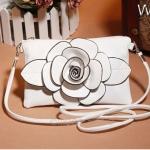 (Pre Order) กระเป๋าถือสตรีจะถือหรือสพายข้างก็เก๋ Crossbody กระเป๋าหนังกระเป๋าถือผู้หญิงกระเป๋าสะพายด้านหน้าเป็นดอกไม้ 3 D ดอกใหญ่น่ารักมาก มี 3 สีให้เลือก